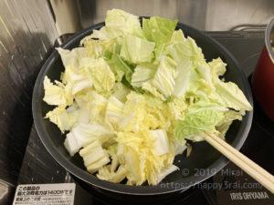 白菜を炒める様子