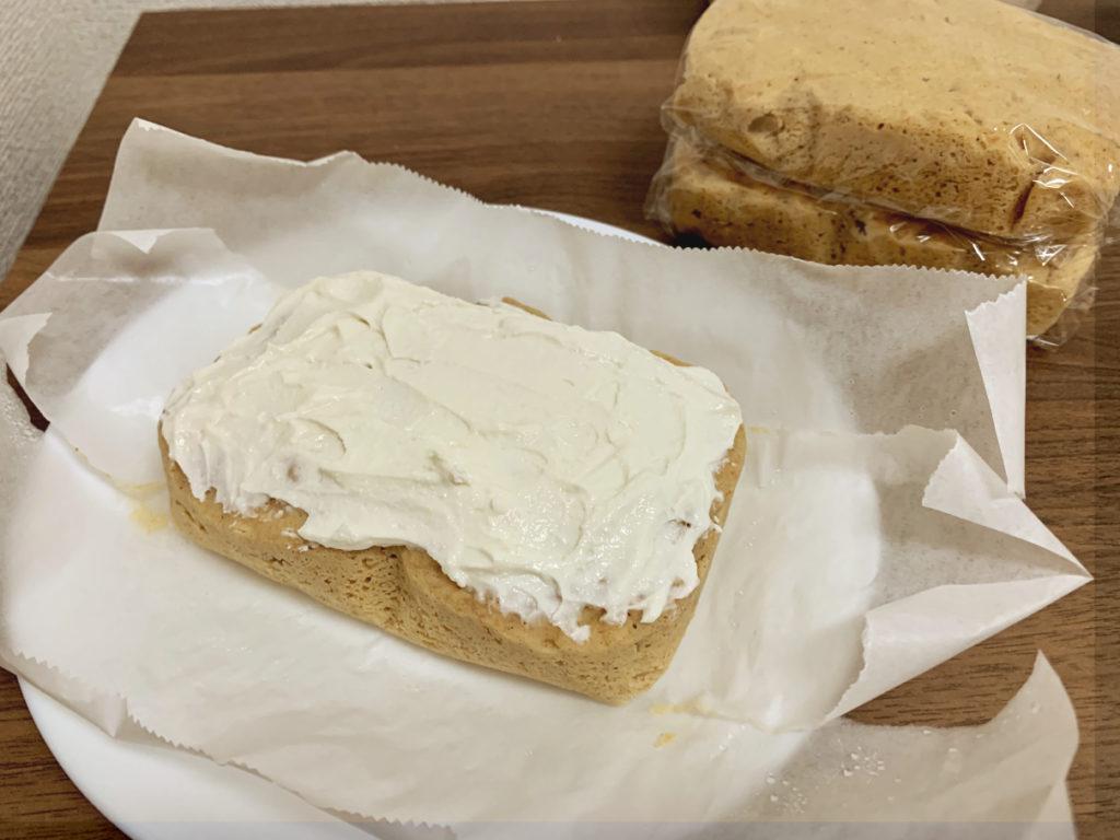 ヘルシーキャロットケーキにクリームを塗っている様子