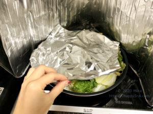 アルミホイルで野菜を圧縮する様子