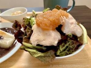 朝筋トレ前の朝食におすすめ低脂質な皮なし鶏胸肉のサラダ