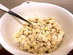 ラカントと塩漬けにした角切りさつまいもに米粉を入れて混ぜる様子