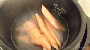 電気圧力鍋クッキングプロに冷凍のささみと熱湯を入れる様子