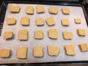 低脂質そば粉クッキー生地を切って焼く様子