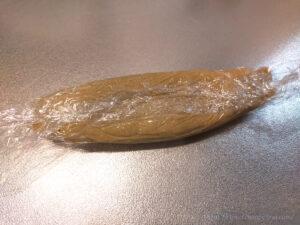 低脂質そば粉クッキー生地をラップでくるむ様子
