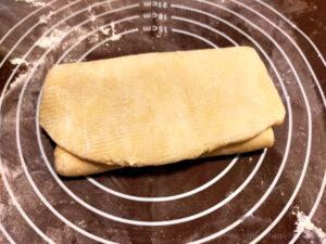 バター50%OFF低カロリーパイ生地作りバターを折り込む様子8