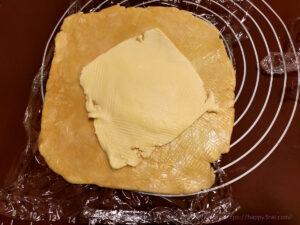 バター50%OFF低カロリーパイ生地作りバターを折り込む様子4