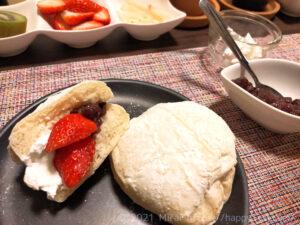 低脂質白パンにカッテージチーズとラカント小豆、イチゴをトッピング